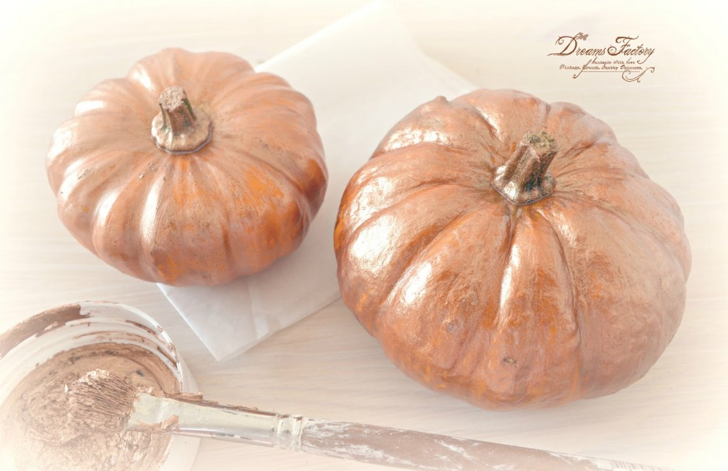 Fall Vignette with Dark Gold and Copper Touches - painted pumpkins ♦ Aranjament de toamna cu accente aurii si aramii - dovlecei pictati
