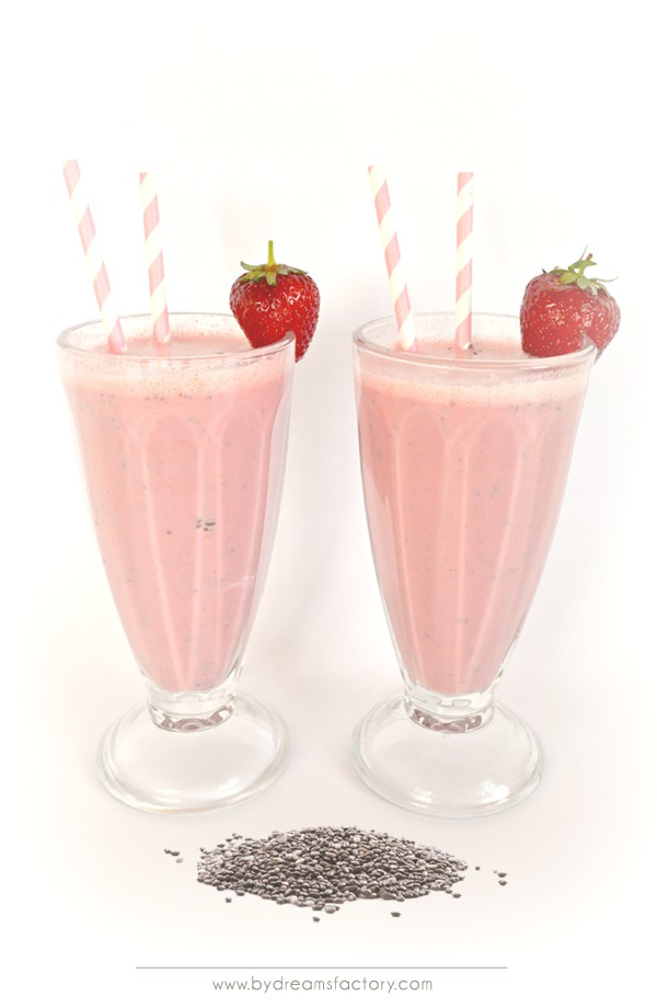 Strawberrylicious superfood smoothie with chia seeds / Super smoothie delicapsunicios, cu seminte de chia