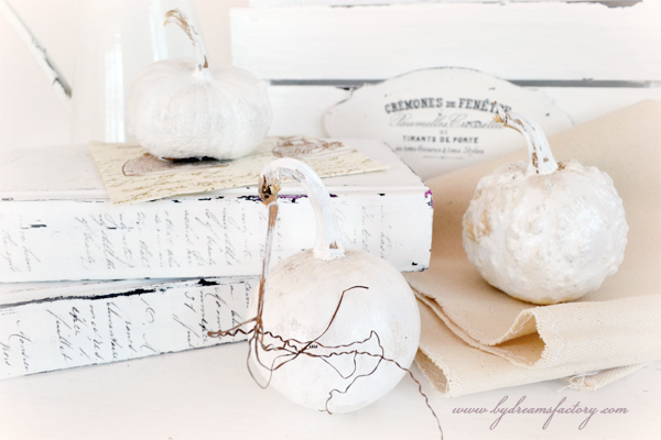 Neutral French decor for fall - use a basic set of French decorations to create an ever changing decor that you can beautify as you wish and adapt to any season | www.bydreamsfactory.com