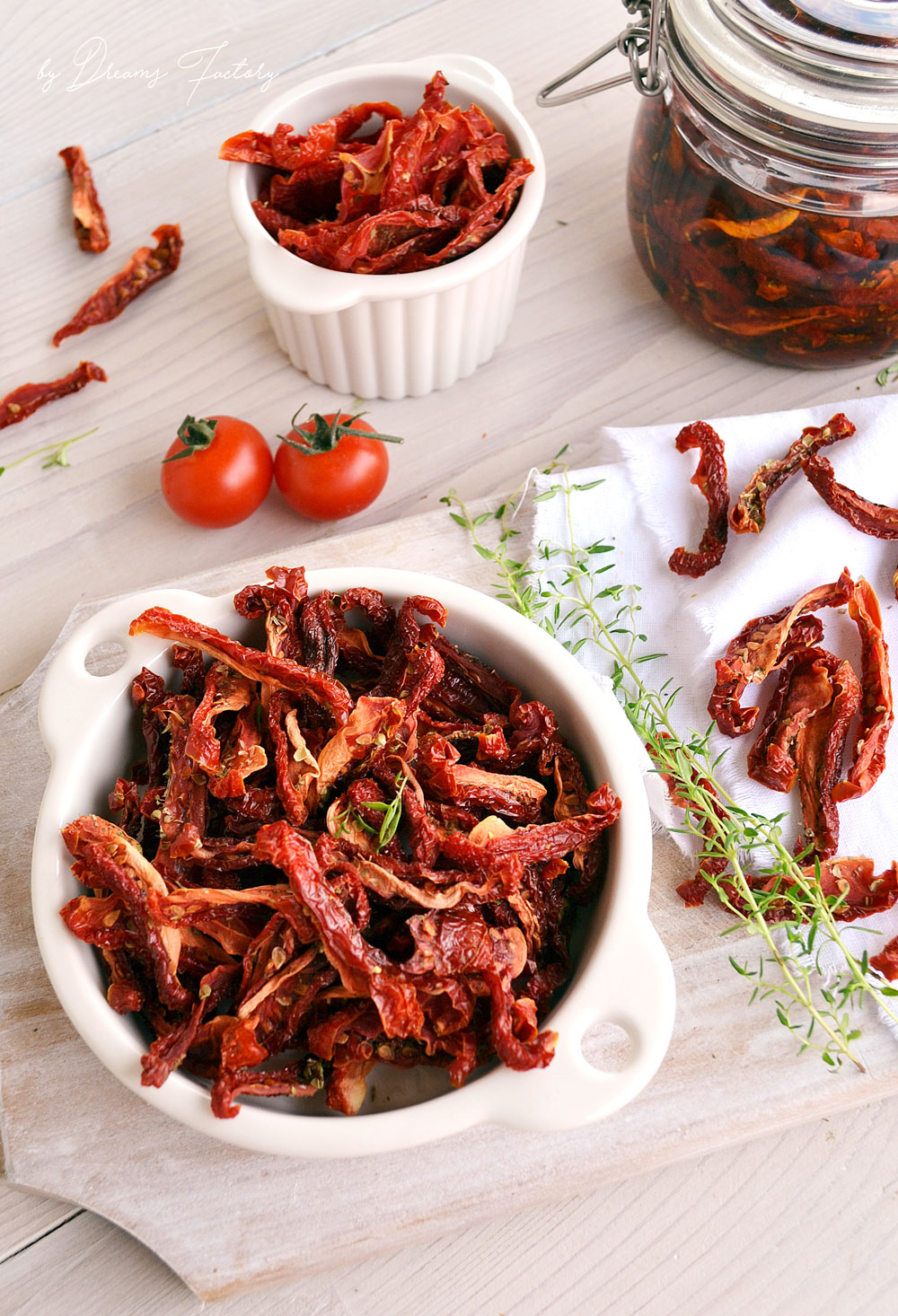 Make these healthy and insanely delicious sun-dried tomatoes with aromatic herbs following these simple steps! www.bydreamsfactory.com